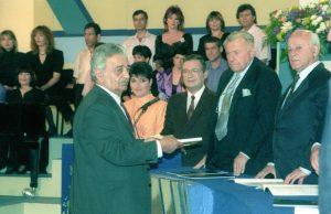 אמיל חביבי מקבל את פרס ישראל לספרות. 1992. מתוך: אוסף דן הדני הספרייה הלאומית
