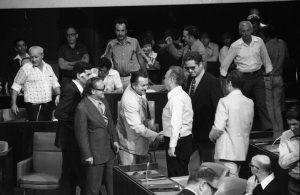מהפך 1977. ממשלת ליכוד חדשה. בתמונה: יצחק רבין מברך את משה שמיר על הצטרפותו לכנסת, 20 ביוני 1977. מתוך אוסף דן הדני