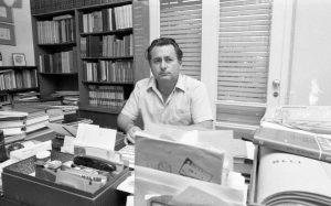 משה שמיר ושולחן הכתיבה. מתוך: אוסף דן הדני. הספריה הלאומית