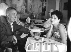 """נתן אלתרמן יחד עם בתו תרצה אתר בקפה """"כסית"""", 1960."""