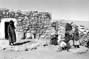 A Jewish girl (left) and a Muslim girl (right), Al Hajar, Haydan, Yemen, 1983, photo by Myriam Tangi.