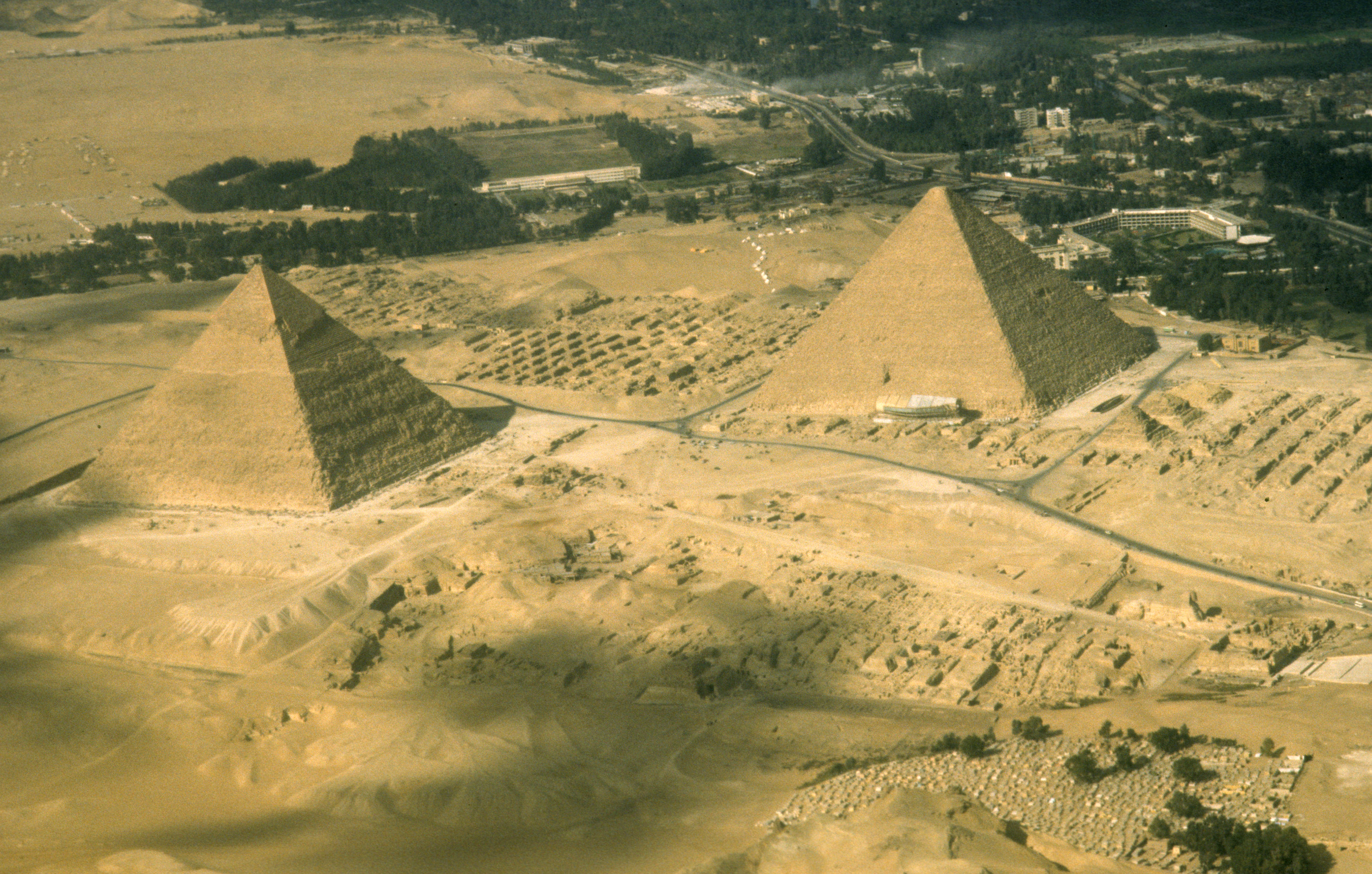 Visit to Egypt for the Peace talks. Photo shows: Flying home to Isrel over the famous Pyramids 1977/12/27 Copyright © IPPA 80260-001-26 Photo by [010] Hadani Dan