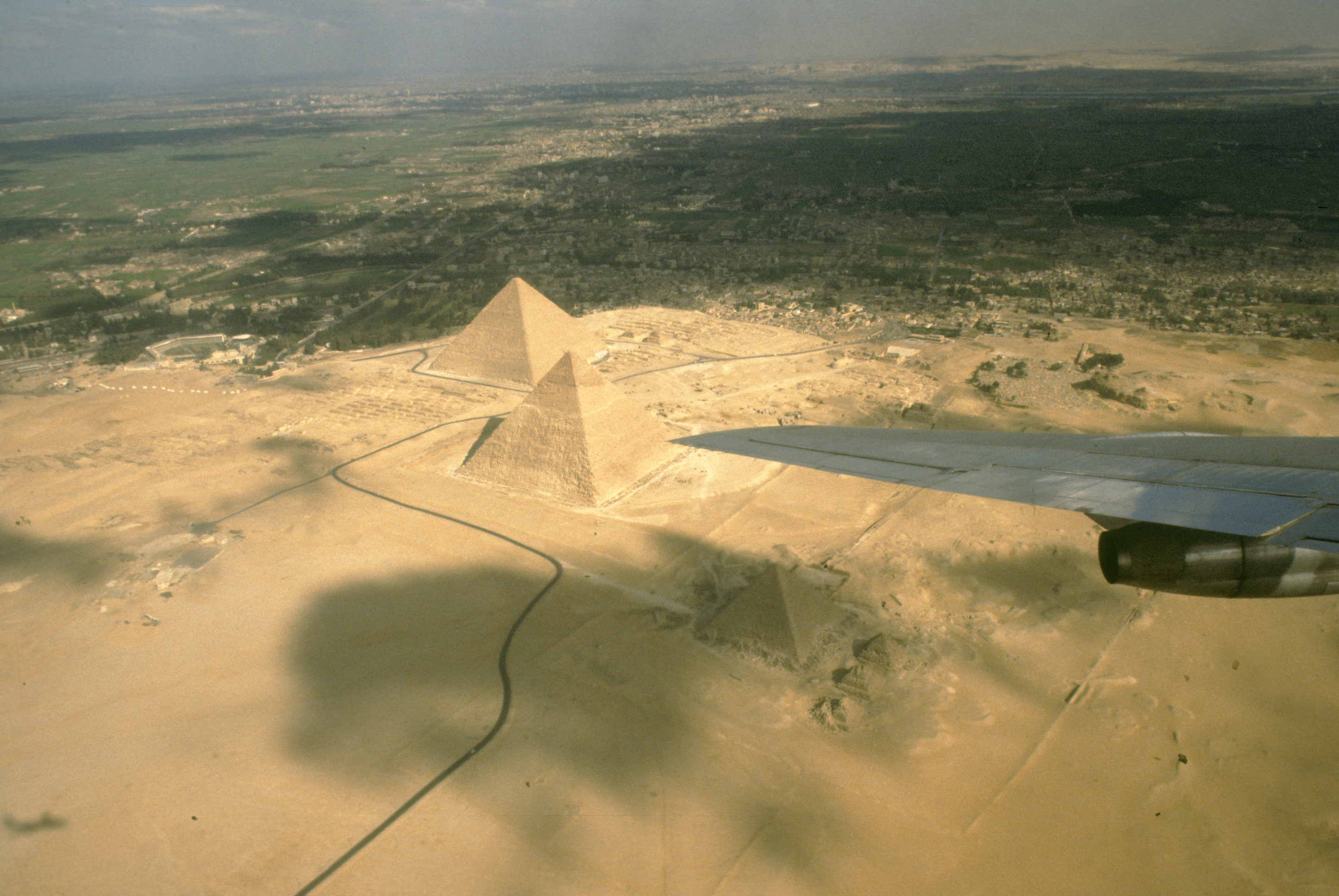 Visit to Egypt for the Peace talks. Photo shows: Flying home to Israel over the famous Pyramids 1977/12/27 Copyright © IPPA 80260-001-28 Photo by [010] Hadani Dan