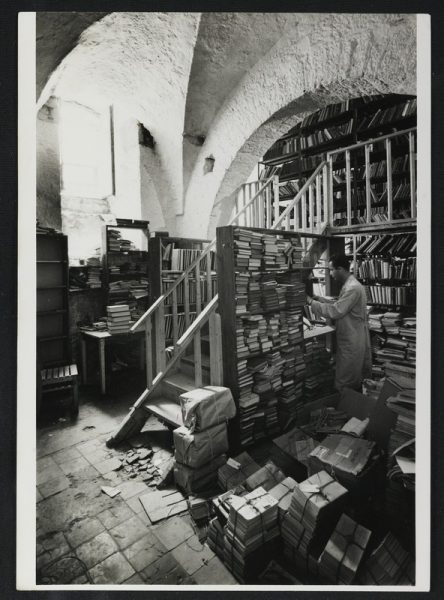 מחסן כתבי בספרייה הלאומית ברחוב ממילא, 1960. צילום: דוד חריס. לחצו להגדלה