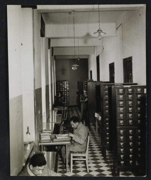 שנות החמישים: פרוזדור במשכנה הזמני של הספרייה הלאומית, בבניין טרה סנטה. צילום: אדגר הירשביין. לחצו להגדלה