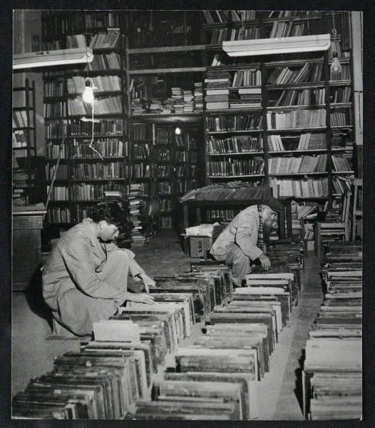 מיון ספרים, 1950. סידור הספרים נעשה עם התאמת מבנה טרה סנטה לצורך מחסני הספרייה ובנייתה של גלריה לשם הגדלת שטח האחסון בבניין. צילום: ורנר בראון. לחצו להגדלה