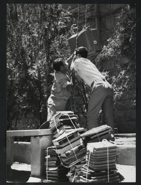 סטודנטים מסייעים בהוצאת הספרים מהבניין הזמני של הספרייה, לקראת העברתם למשכן הקבע בגבעת רם, 1960. צילום: דוד חריס. לחצו להגדלה