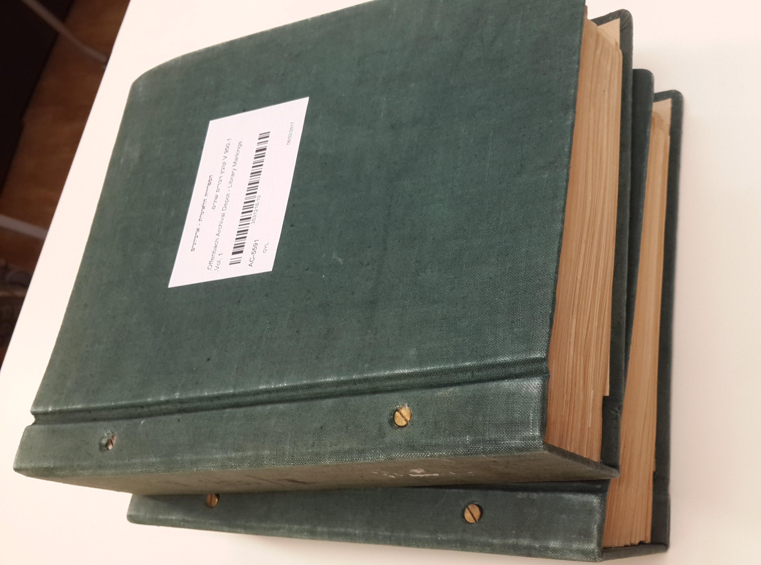שני כרכי הקטלוגים מתוך ארכיון הספרייה הלאומית