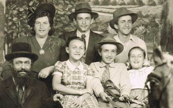 משפחת הכט (פירר) אחרי שהגיעו בשלום לניו יורק. משמאל נראים מרים וישרואל. יחיאל בשורהה העליונה, לצידה של מרים. באדיבות רו אורנים
