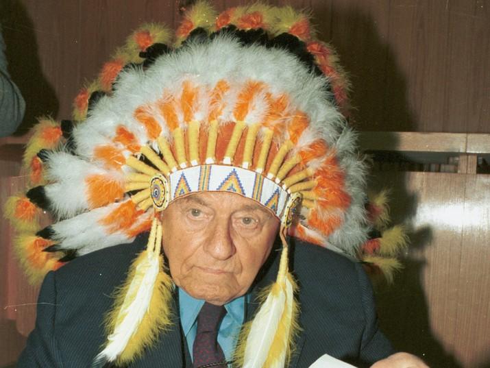 טדי קולק בלבוש צ'יף אינדיאני. מרץ, 1992. צילום: יולן חייק, אוסף דן הדני