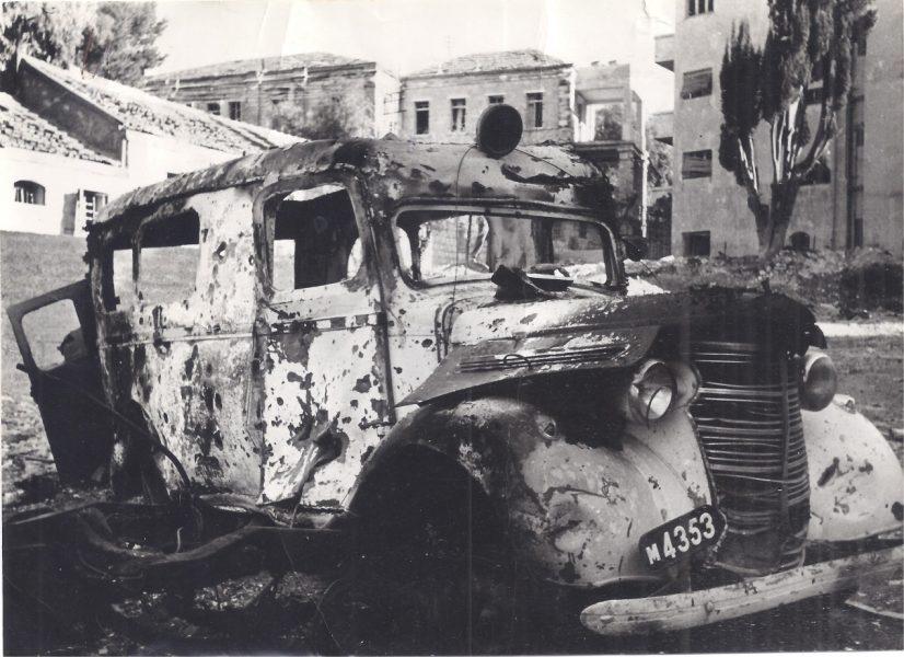 אמבולנס של מגן דוד אדום אחרי הפיצוץ ברחוב הסולל. ירושלים, 2 בפברואר 1948. (צילום: פוטו פריזמה). אוסף אריה גורני,  ARC. 4* 2022 / 16 