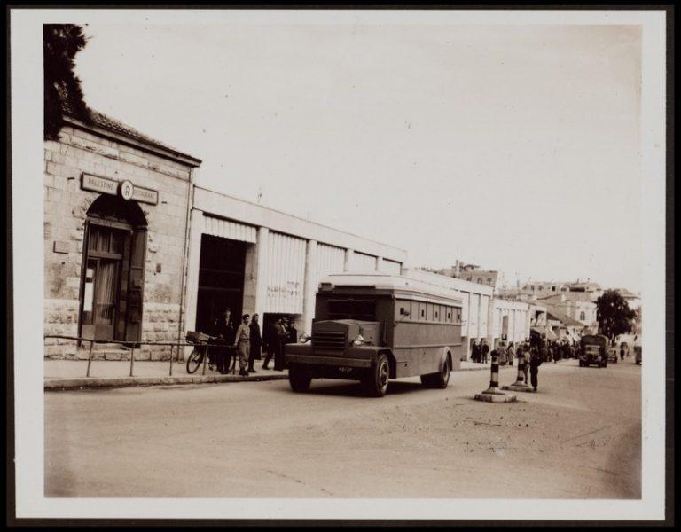 """ירושלים: אוטובוס משוריין ברחוב יפו, 1948. בקצה הימני של התצלום נראה הבניין שבו שכנה חנות """"העתיד"""""""