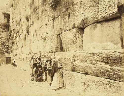 מתפללים יהודים ברחבת הכותל המערבי. צילום: פליקס בונפיס, בערך 1880