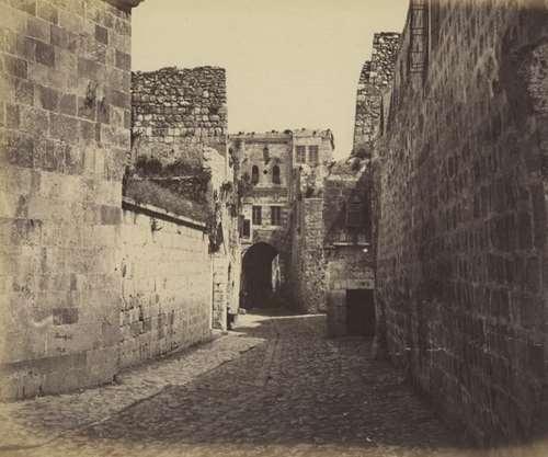 """רחוב הגיא, ירושלים - מבט אל עבר """"בית האיש העשיר"""". צילום: פליקס בונפיס, בערך 1860"""