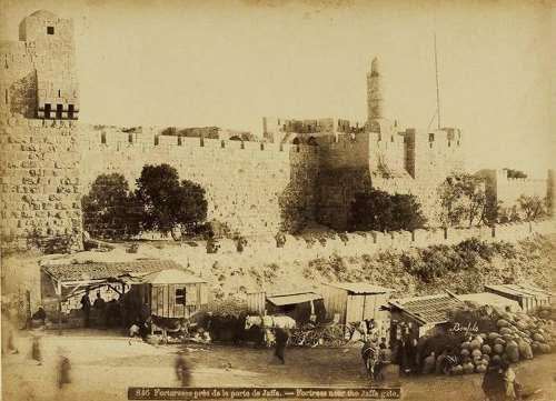 מצודת דוד ורחבת המסחר שלפני שער יפו, בערך 1870. צילום: פליקס בונפיס