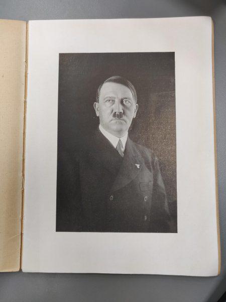 דיוקנו של אדולף היטלר באמצע העלון