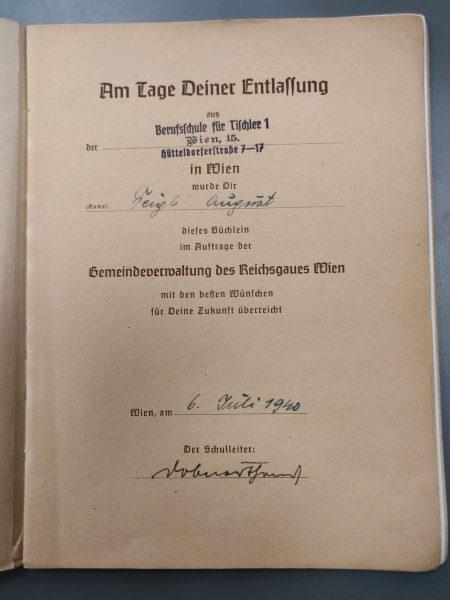 """עמוד השער של הספר, ובו סימנים לכך שניתן במתנה לאוגוסט פייגל, בוגר """"בית הספר המקצועי לנגרות"""" (Berufsschule für Tischler) בווינ"""