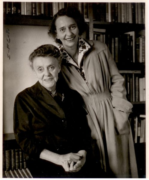 לאה גולדברג ואמה, ציפה־צילה לבובנה. צילום: אנה ריבקין־בריק