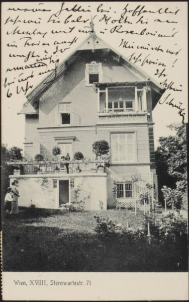 גלויה פרטית של הסופר האוסטרי ארתור שניצלר, בתמונה: שניצלר על מרפסת ביתו בווינה, 1914