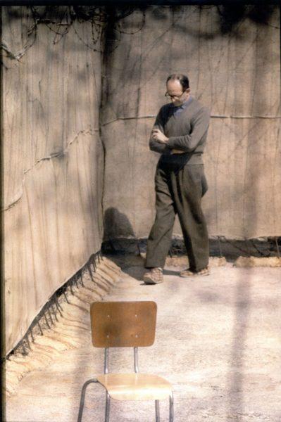 אייכמן בחצר הכלא בישראל