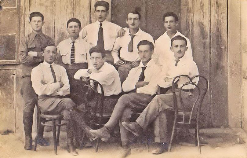 """קבוצה של אנשי ניל""""י"""