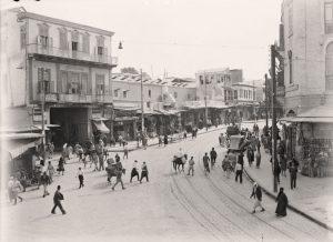 سكّان في دمشق يعبرون أمام مسارات الترام في الشارع المركزيّ في المدينة، في عشرينيّات القرن الـ-20، تصوير: الكولونية الأمريكية، مكتبة الكونجرس