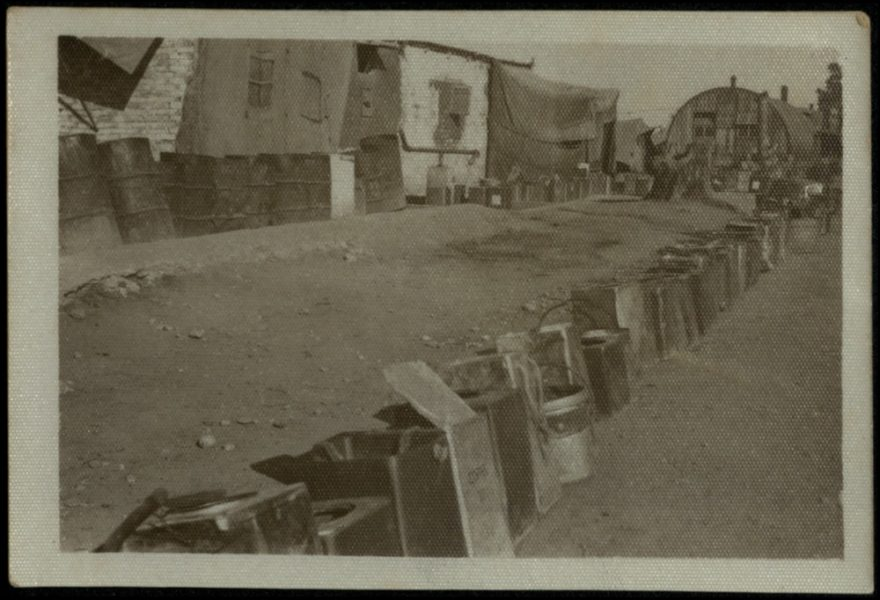 פחיות וחביות של מים ונפט. התורים למים היו מוקד להתרגזויות ולתסכולים.