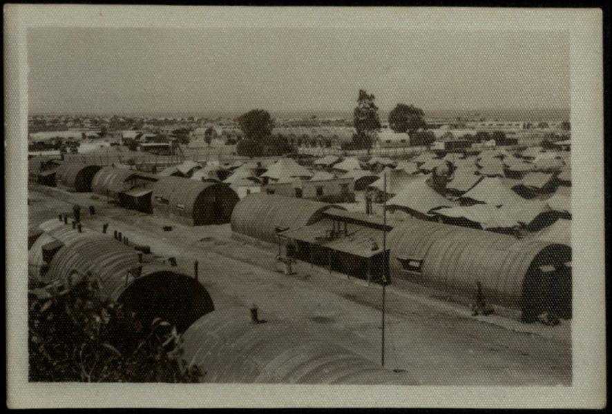 """הצריפים ב""""מחנה החורף"""". ברקע: אוהלים שנוספו למחנה, כשהמקום בצריף לא הספיק להכיל את המעפילים החדשים שהובאו."""
