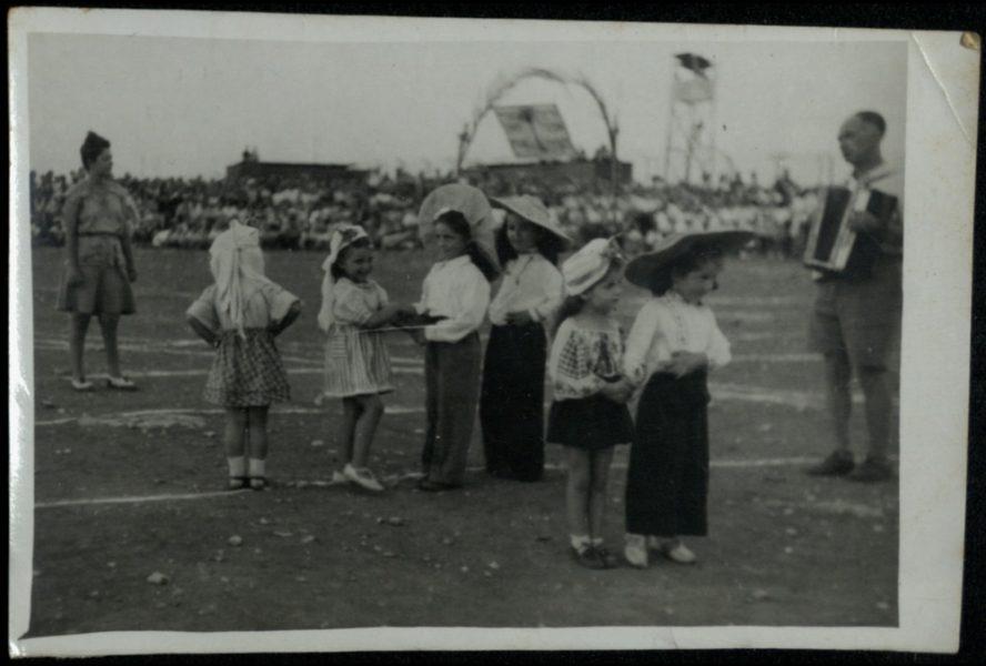 """חגיגת שבועות במגרש המרכזי - תהלוכת הילדים עם הביכורים, """"הכוהנים"""", הריקודים והשמחה."""