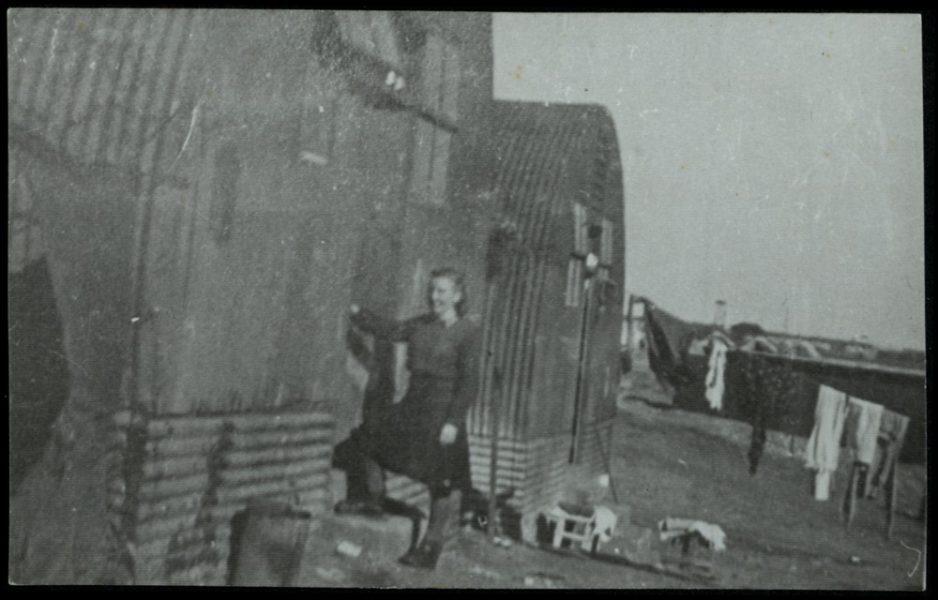 """""""הבית של רוחמה"""". ברקע: כביסה תלויה על חבל. במחנות לא היו תנאי כביסה ולא מים חמים, והסבון שהוקצב היה בכמות פחותה מהמינימום הדרוש"""