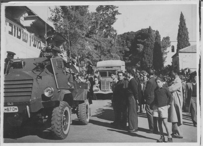 שיירת המכוניות הנושאות את החללים בדרכם האחרונה לגוש; הלוויה בירושלים.