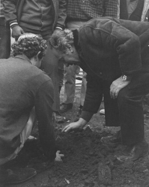 שר הביטחון דאז, שמעון פרס, מתכבד בנטיעת העץ הראשון ביישוב החדש עפרה, בסיועו של יהודה עציון, רכז המטעים. 1975.