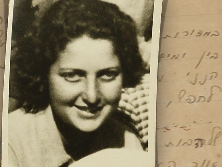 חנה סנש מתחילה לכתוב בעברית