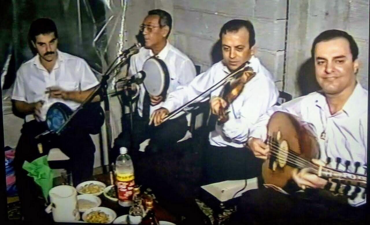 """يعقوب مراد يعزف الرّق ويغنّي، على يساره صديقه وزميله في فرقة """"الكروان"""" سليم ندّاف، أرشيف سليم ندّاف."""