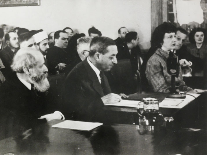 مارتين بوبر ويهوذا ماجنيس من شهادتهم أمام لجنة الّتحقيق الأنجلو أمريكيّة في القدس، 14 مارس 1946، القدس المصدر : شهادة مارتين بوبر ويهوذا ماyنيس امام لجنة التحقيق الأنجلو أمريكيّة، 1946، أرشيف مارتين بوبر، المكتبة الوطنيّة.