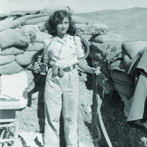 كلارا في نقطة الحراسة وتظهر مع السلاح وبعض القنابل والمنظار، لفتا، أرشيف ياد يتسحاك، المكتبة الوطنيّة.