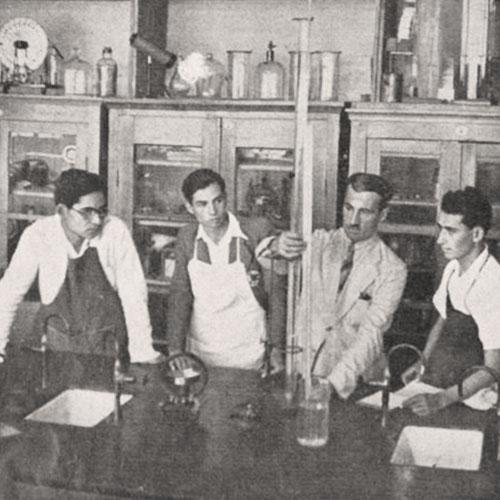الأستاذ سليم كاتول في المختبر مع صف الكيمياء. مجلة هنا القدس، 6 كانون الأول 1942. لقراءة العدد